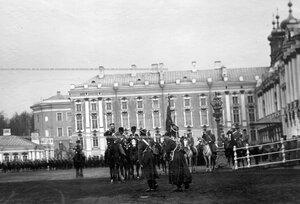 Император Николай II  приветствует личный состав Драгунского полка во время парада перед Екатерининским дворцом.