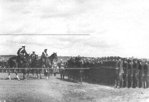 Император Николай II поздравляет юнкеров, выстроившихся на военном поле для парада, с производством их в офицеры.
