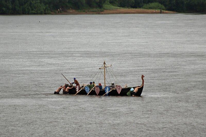 ушкуйники пытаются вручную столкнуть корабль с мели