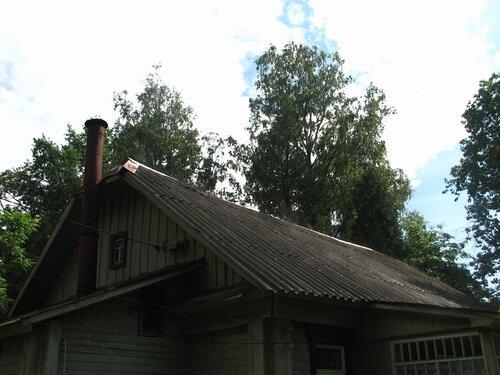 Пар поднимается с крыши после дождя
