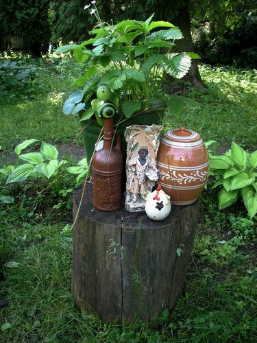 Ведро с земляникой и садовыми фигурками