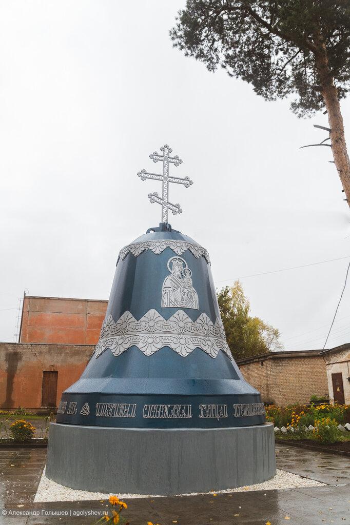 Памятник Бакулевым с обратной стороны