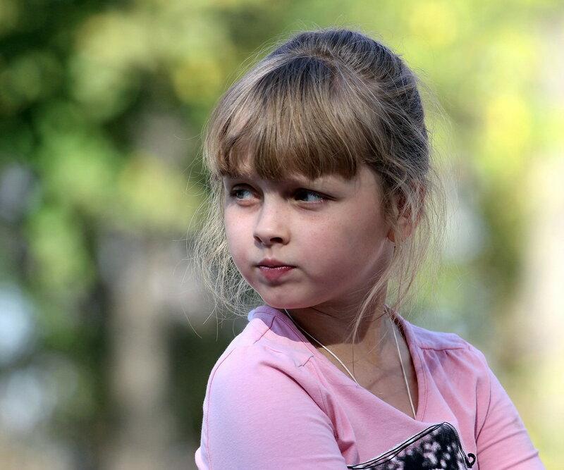 Девочка в городском саду