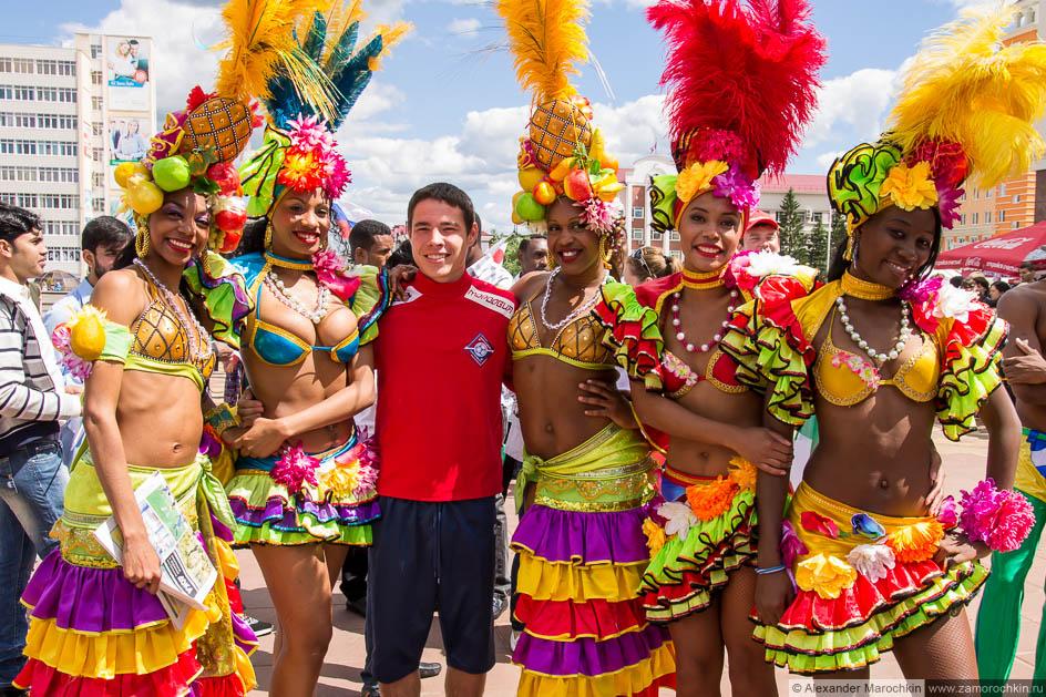 Бразильянки на фестивале болельщиков в Саранске