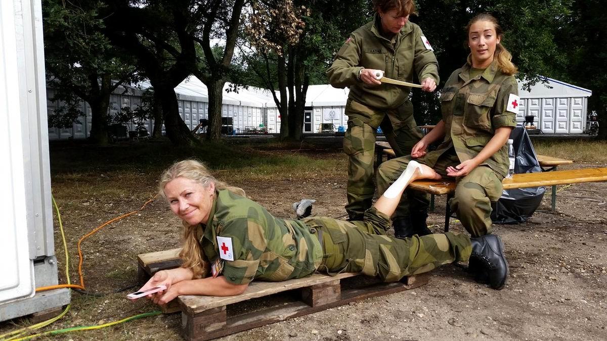 После тяжелого ранения в пятку: Военные медсестры развлекаются