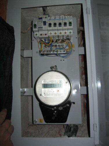 Фото 1. Квартирный щит. Общий вид. Все автоматы и УЗО включены, но электроснабжение квартиры отсутствует.