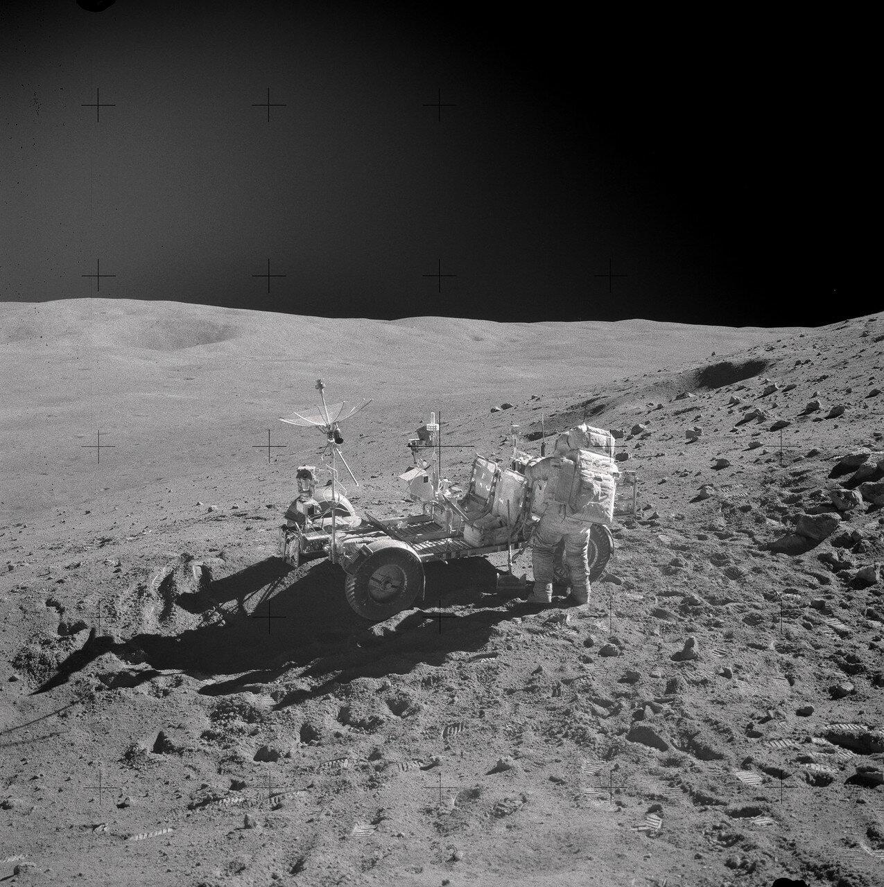 Проехав 5,2 км, Янг и Дьюк остановились у кромки кратера Синко B, всего в 80 метрах от кратера Синко А, самого крупного из группы кратеров Синко. На снимке: Джон Янг у «Ровера» на склоне горы Стоун Маунтин (Station 4)