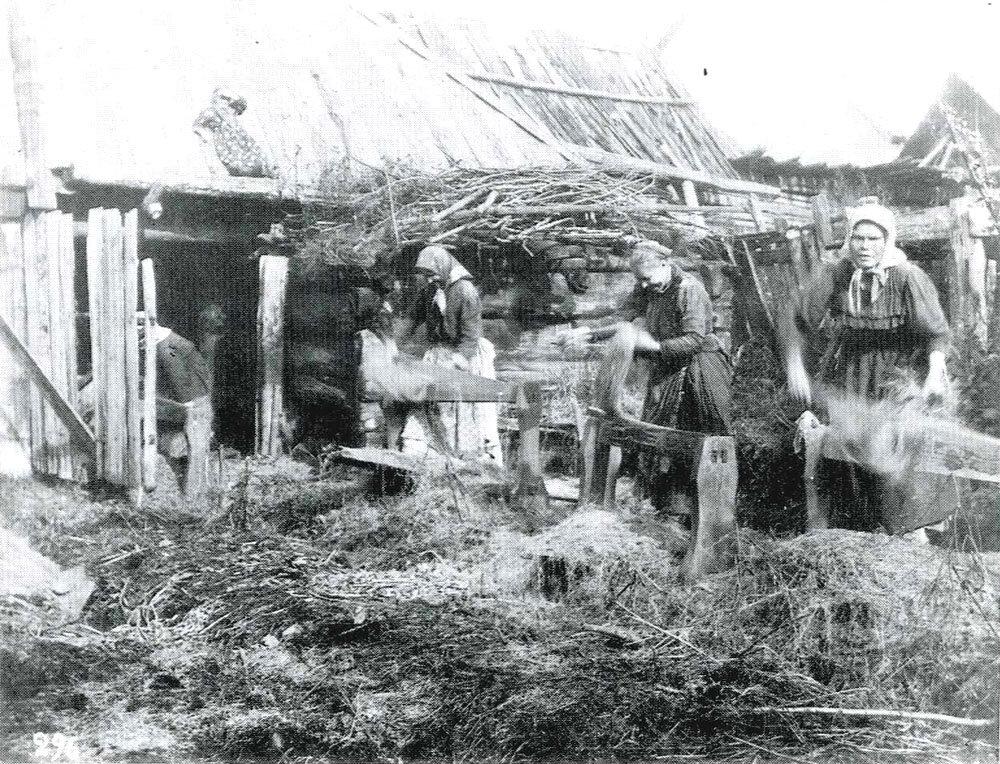 Обработка льна на мялках. Уфимская губ. 1911 г.