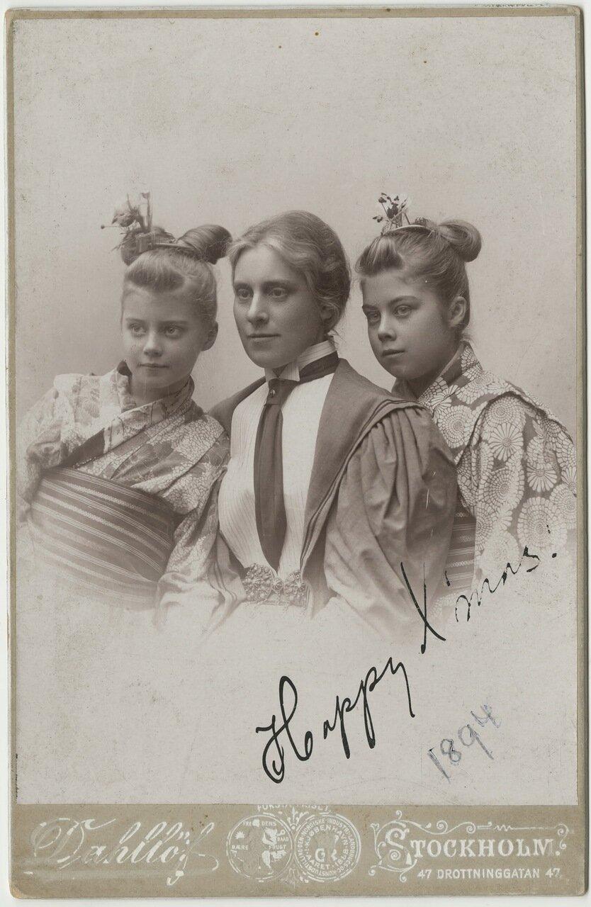 Жена Густава Оберга Теодолинда и дочери Тея и Линда, одетые в традиционную китайскую одежду.1894
