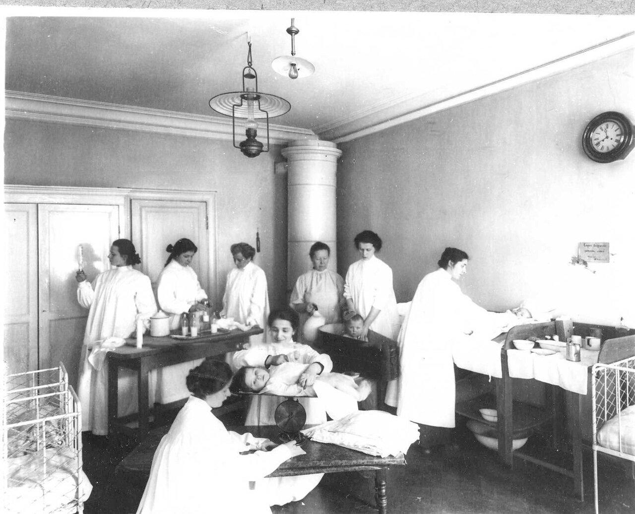 68. Санитарная обработка детей при поступлении в клинику. 1913