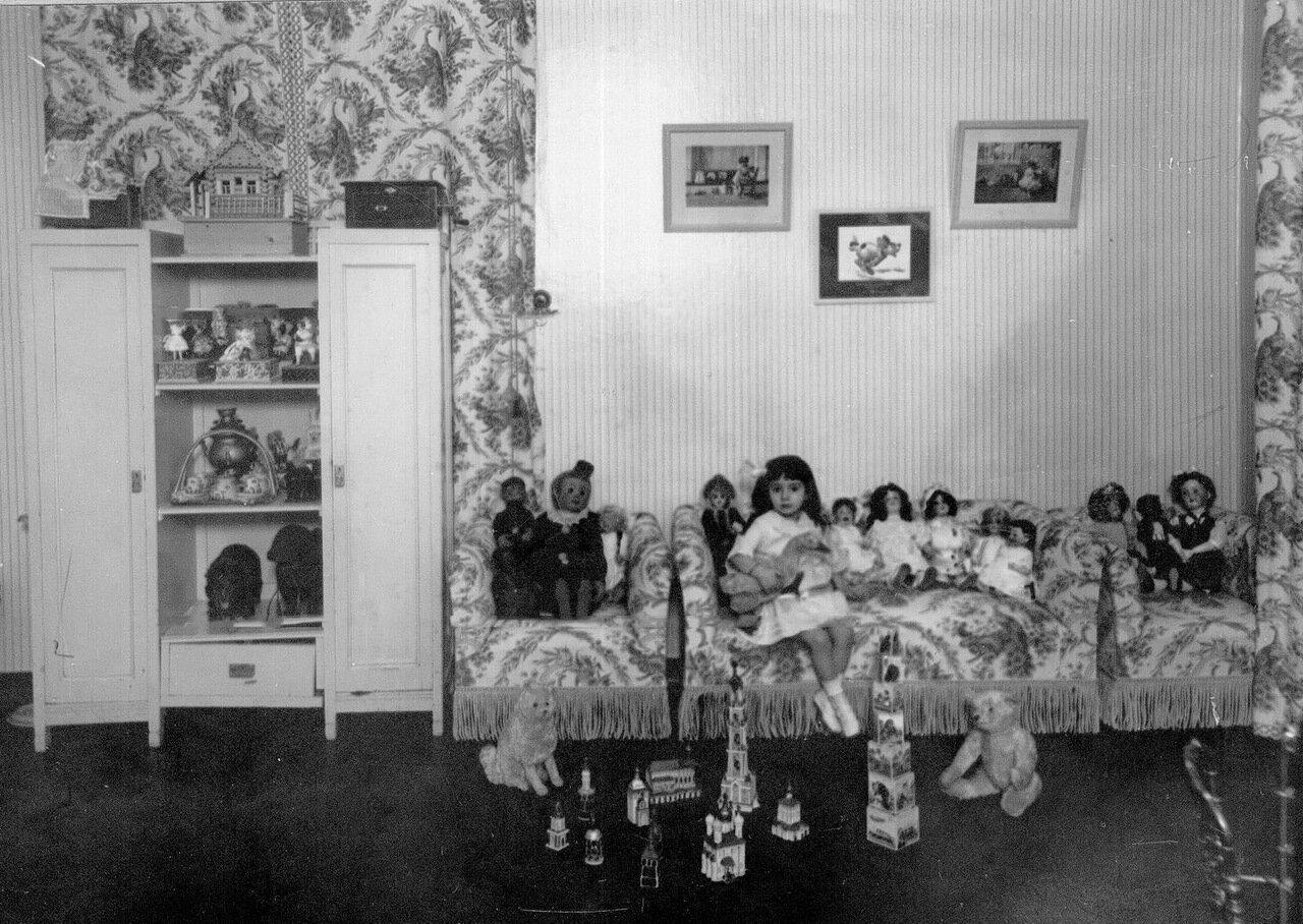 Дочь М.А.Михайловой в детской среди игрушек