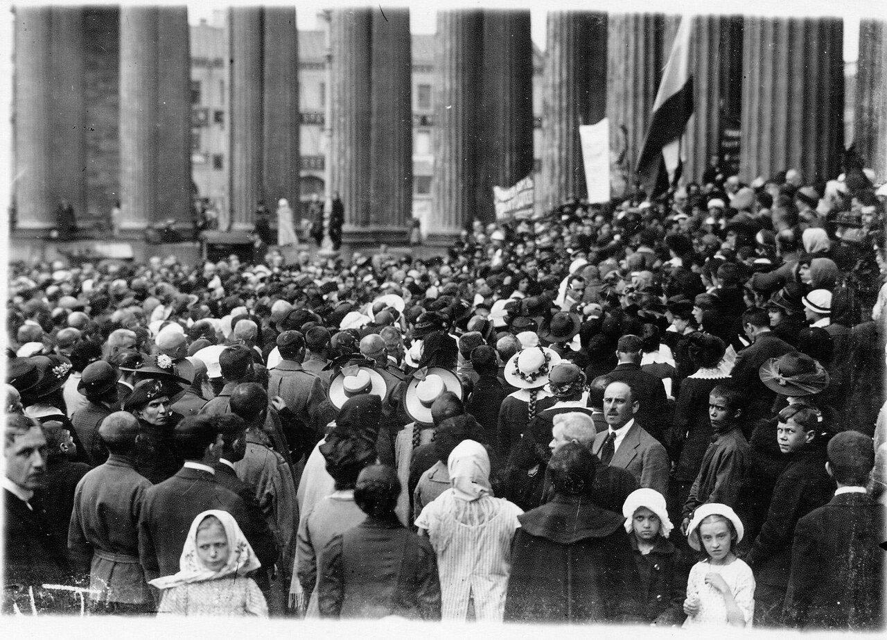 Манифестанты у Казанского собора