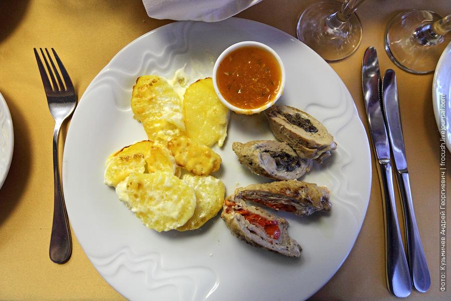 Рулеты из свинины с начинкой (с луком и грибами, с перцем и беконом), картофель Гратен, соус сальса