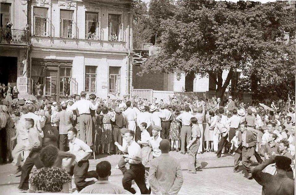 1956 год. 21 июня. Автомобиль с президентом Тито медленно продвигаеться через толпу на улице Кирова