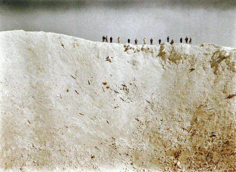 Воронка, образовавшаяся в результате взрыва 19 мин, установленных под немецкими позициями вблизи Мессинес в Западной Фландрии 7 июня 1917 года. Погибло ок. 10000 солдат. Взрыв был слышен в Лондоне и Дублине.jpg