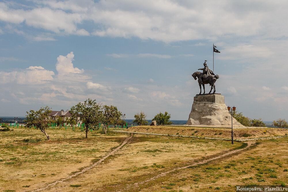 Памятник булгарскому эмиру Ибрагиму I бен Мухамаду.