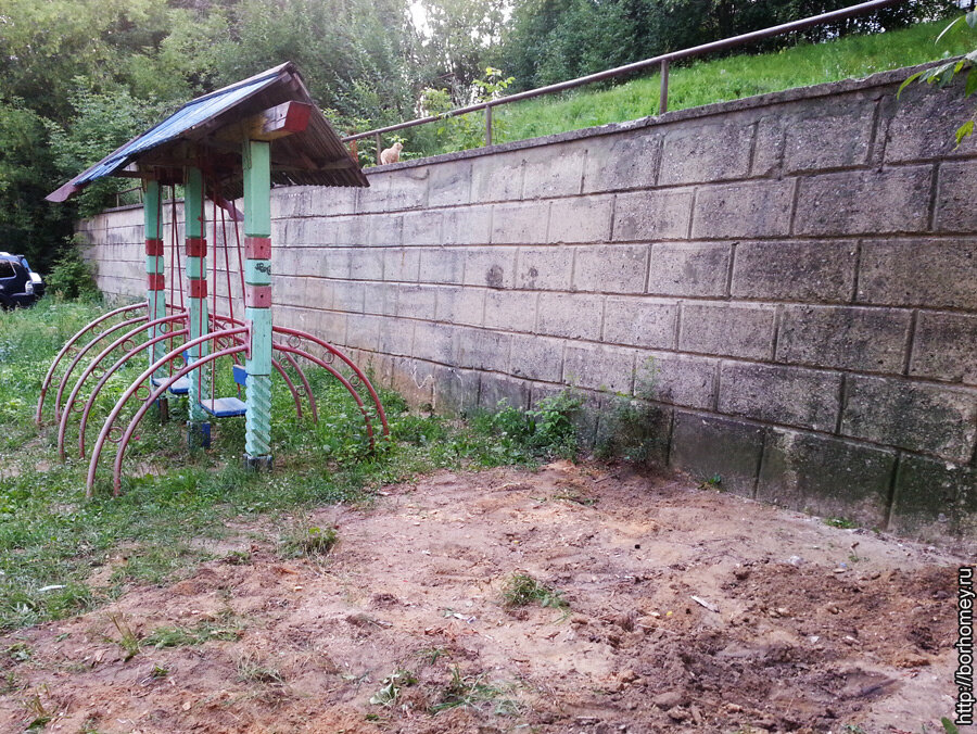 качели в саровском дворе