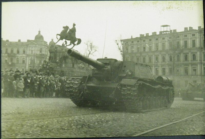 ИСУ-152 на военном параде 1 мая 1945 года.
