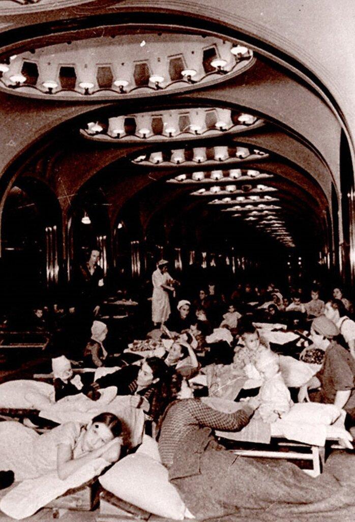 Женщины с детьми на станции метро Маяковская во время ночной бомбардировки. 1941 г. Москва.