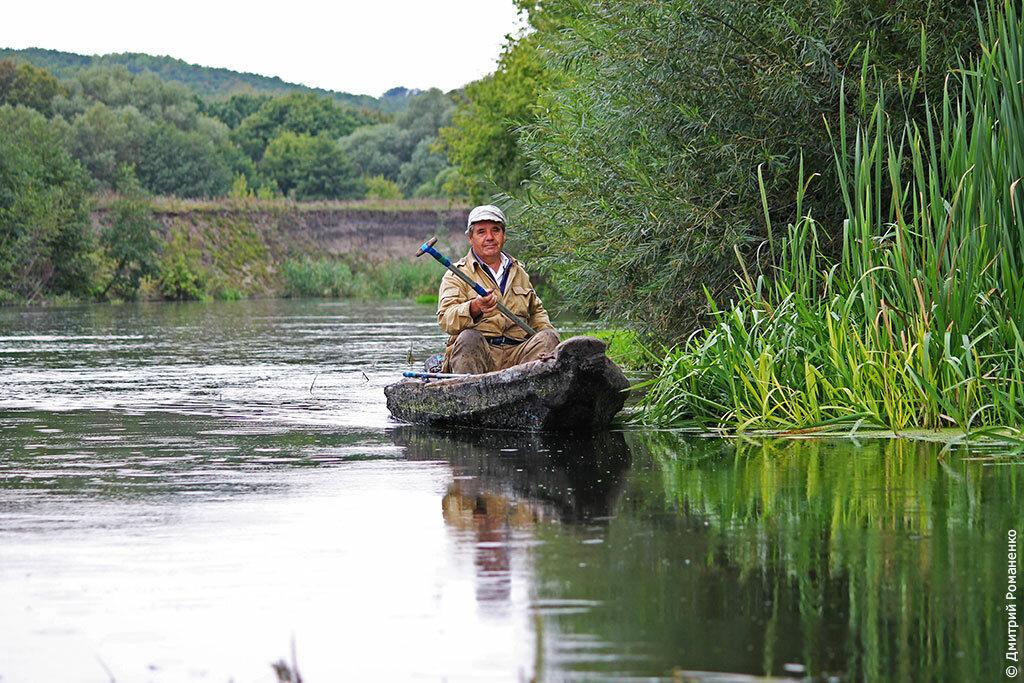 рыбаки расположились нате берегу реки