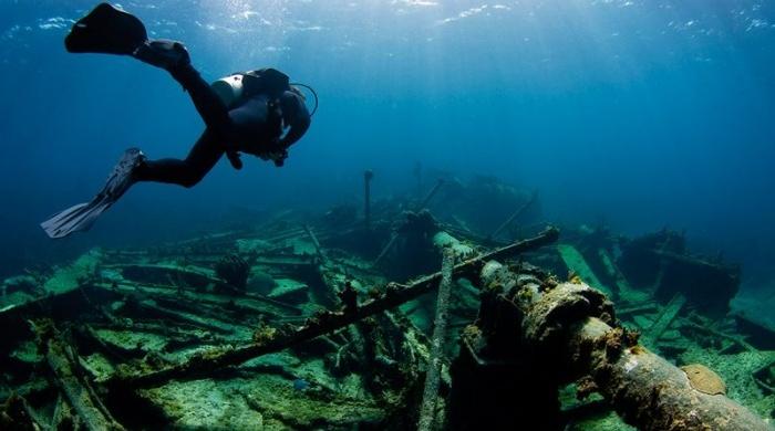 Аквалангисты над затонувшим кораблем.jpg