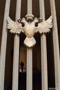 Про фигурку под орлом (орел, решетка)
