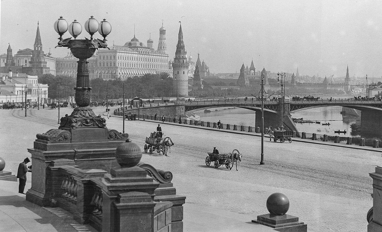 Вид на Кремль и первый в Москве металлический трехпролетный мост с цокольной площадки ХХС