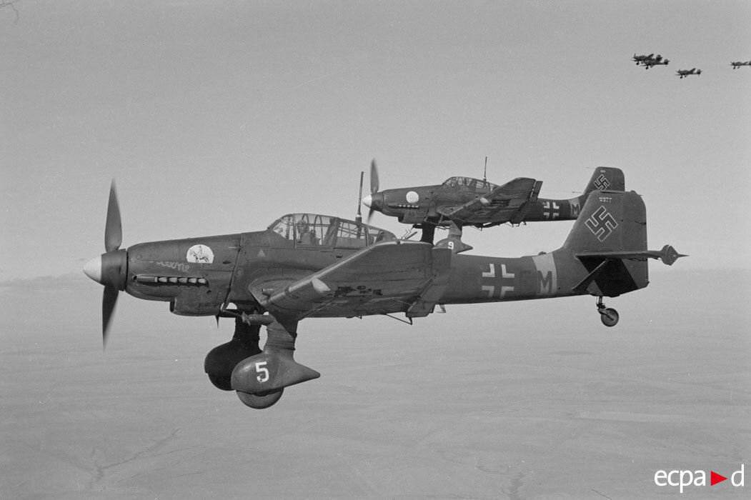 Бомбардировщики Юнкерс Ju-87 эскадры «Иммельман» на обратном пути из Сталинграда