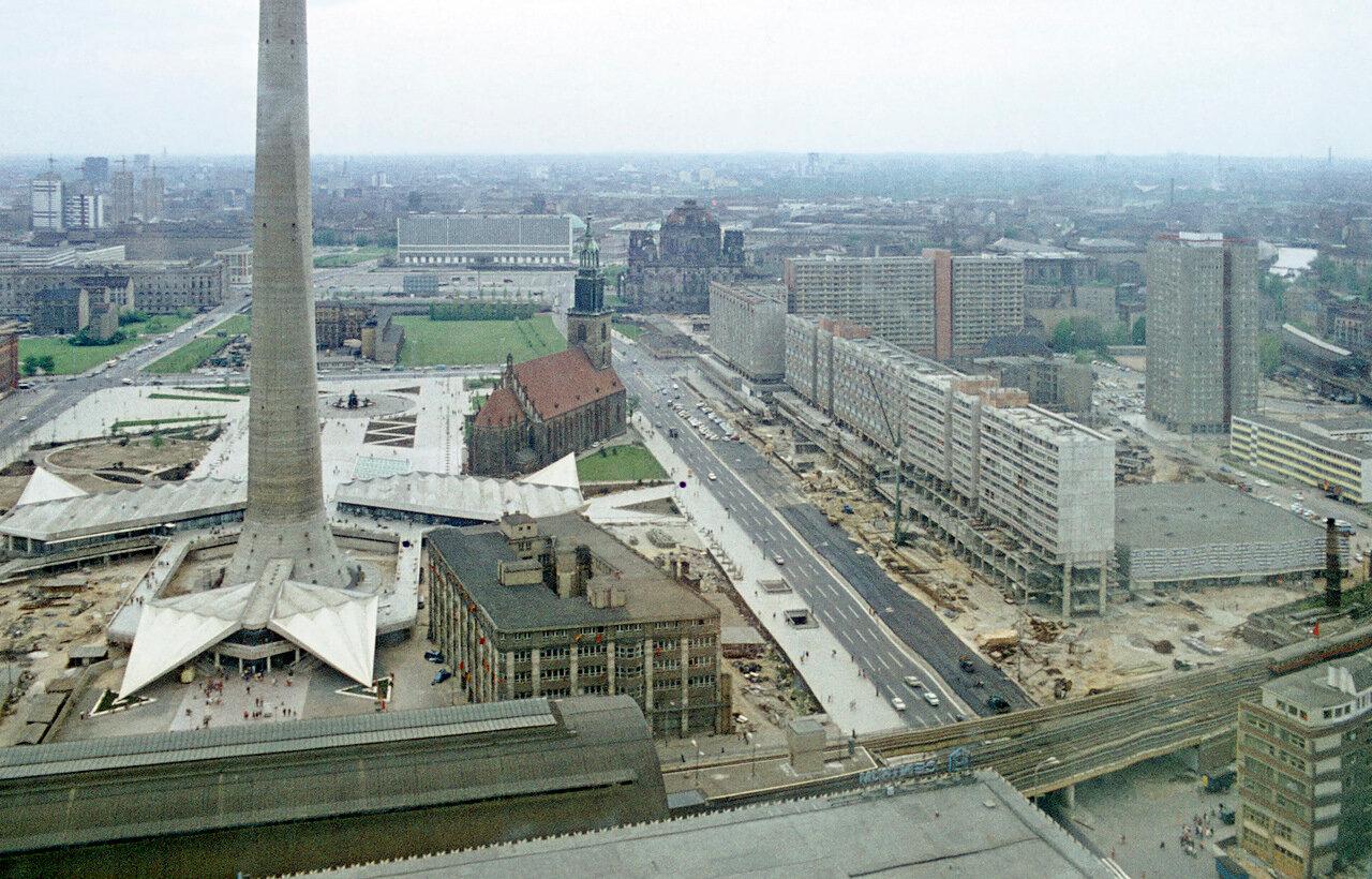 ORWO,vermutlich Frühjahr 1970. Berlin-Ost.Rathausstraße, Rathauspassagen, Fernsehturm 1969 fertiggestellt.Jedoch Karl-Liebknecht-Straße Bau von 1967 bis 1969.