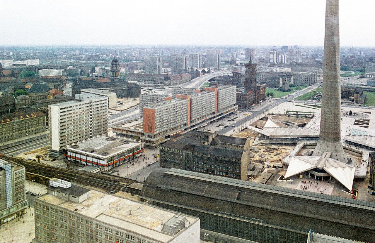 ORWO,vermutlich Frühjahr 1970. Berlin-Ost.Rathausstraße, Rathauspassagen, Fernsehturm 1969 fertiggestellt.