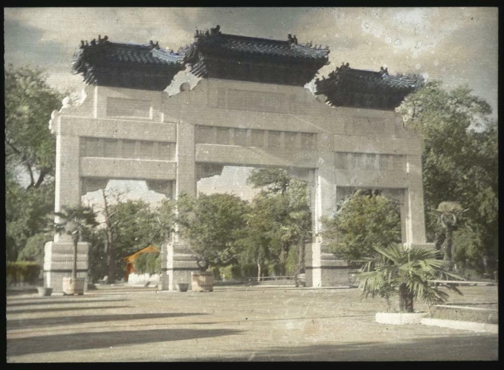 Пекин. Ворота-пайлоу в парке Чжуншань