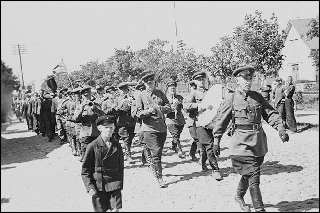 Советские войска проходят по улице Таллина. 1940 г.