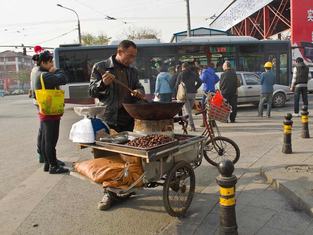 Фото. Отдых в Китае. Продавец жареных каштанов бывает не только в Париже, но и в Пекине