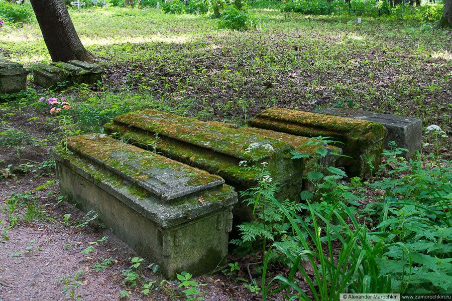 Старые каменные надгробия, покрытые мхом