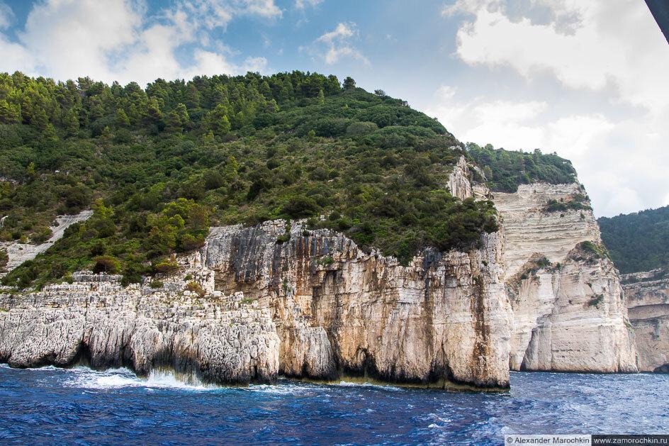 Остров Паксос: крутые скалы западного берега