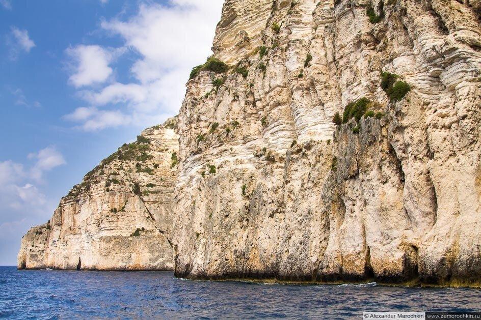 Западное побережье острова Паксос, отвесные скалы