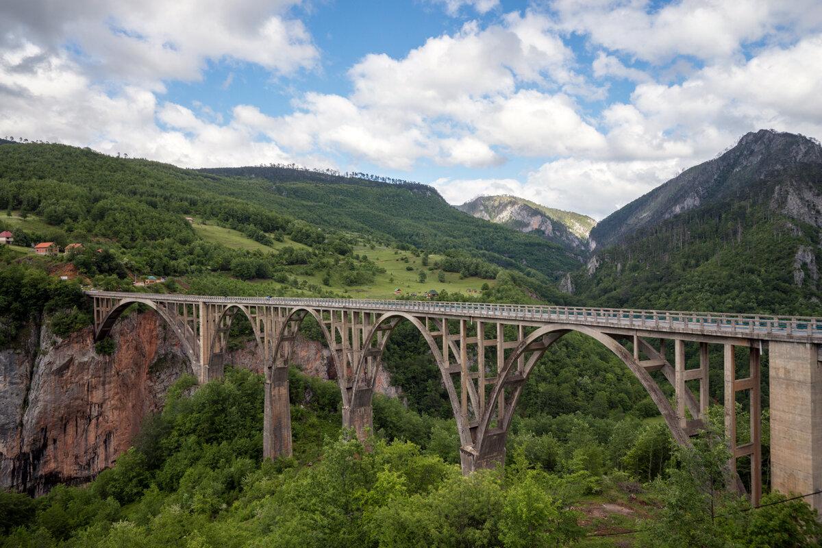 Каньон реки Тара, второй в мире по размерам. пересечен мостом Джурджевича