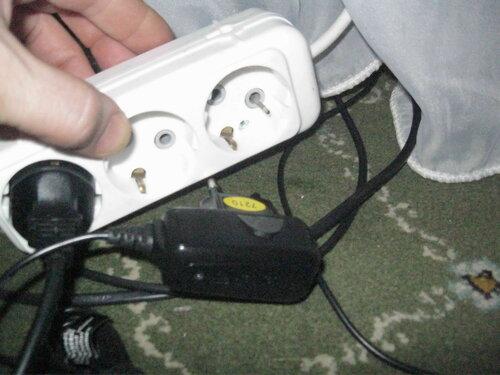 Фото 3. При извлечении зарядного устройства из колодки удлинителя один из штырей зарядки остался в колодке.