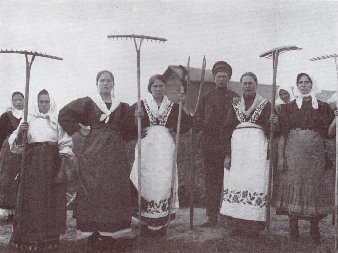 На сенокосе. 1915 г. Ярославская губерния