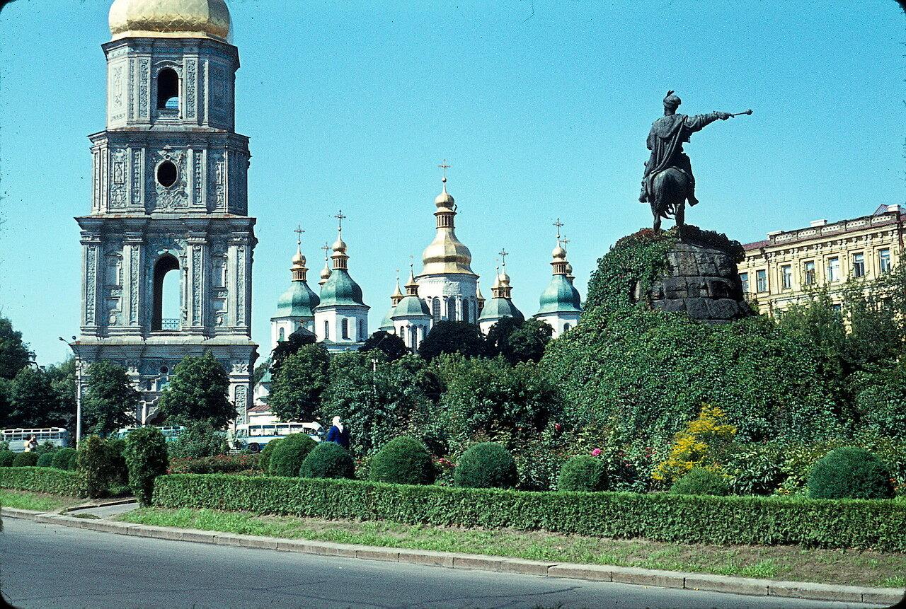 Киевский Софийский собор и памятник Богдану Хмельницкому