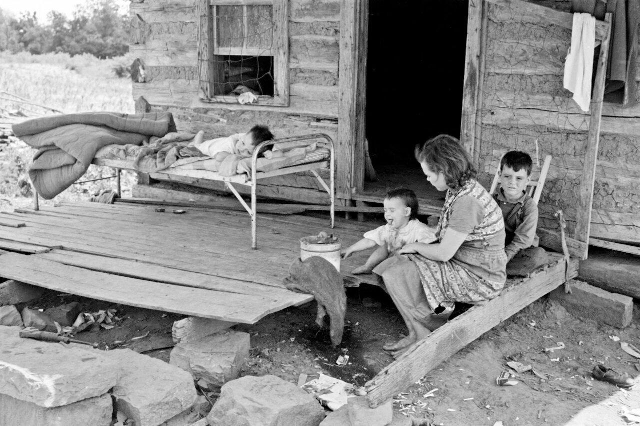 На крыльце дома фермера арендатора около Уорнера,  Оклахома, 1939