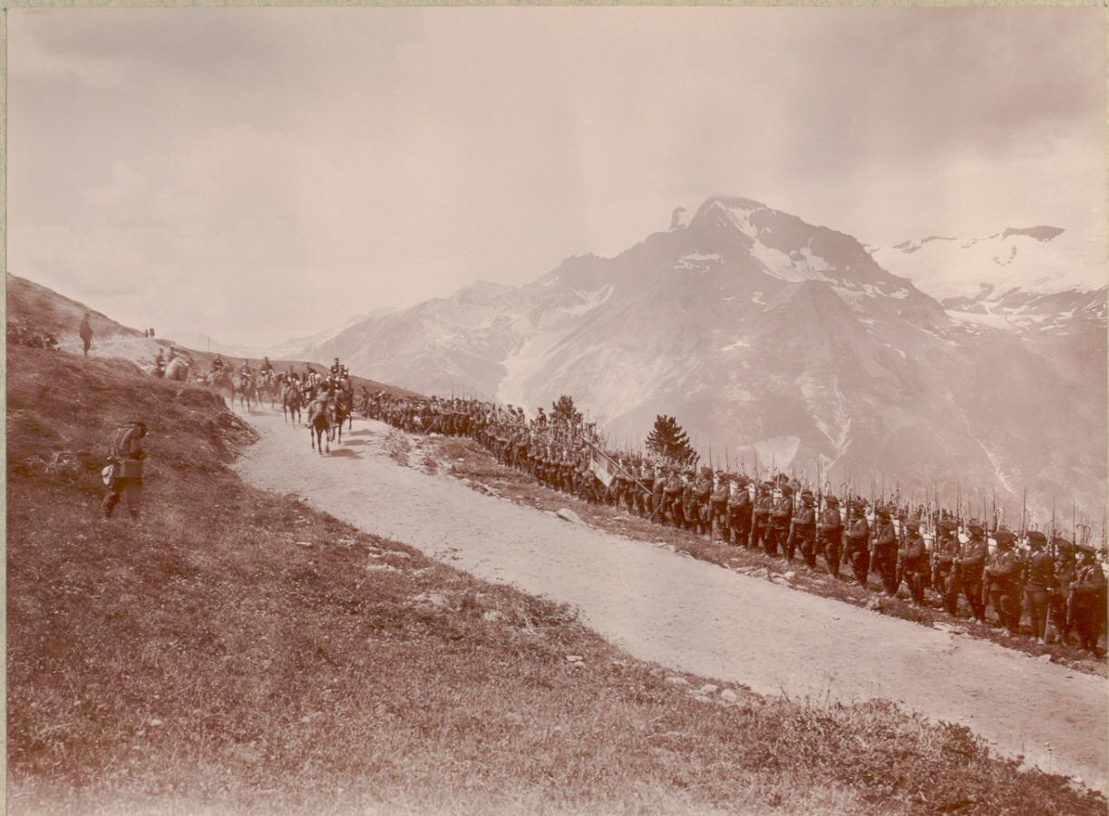 Президент Фор осматривает войска