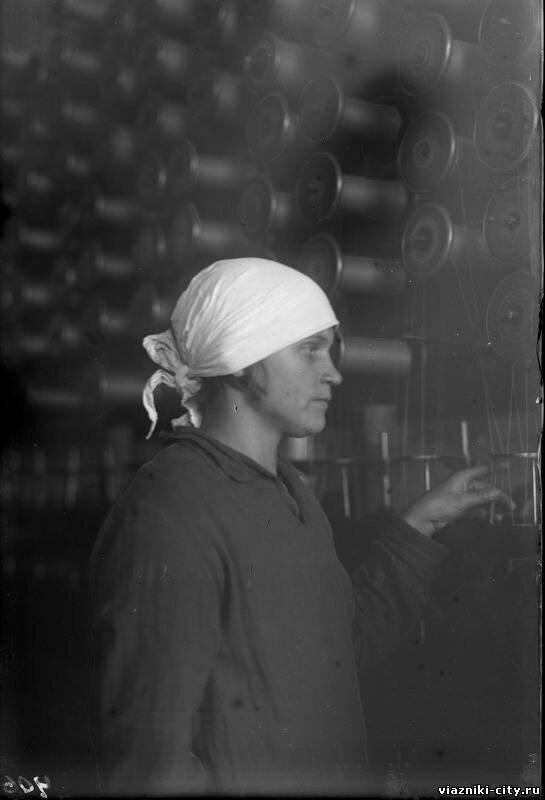 Волкова, ударница фабрики Паркоммуна. 1931