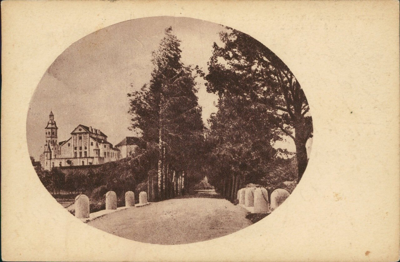 Аллея парка в замке Радзивиллов