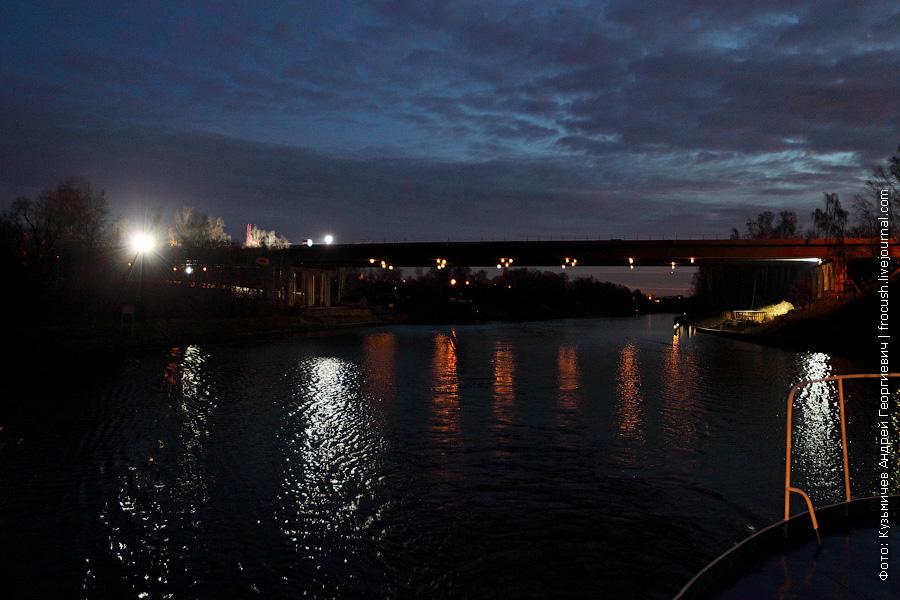 мост скоростной автотрассы и глубокая выемка канала имени Москвы