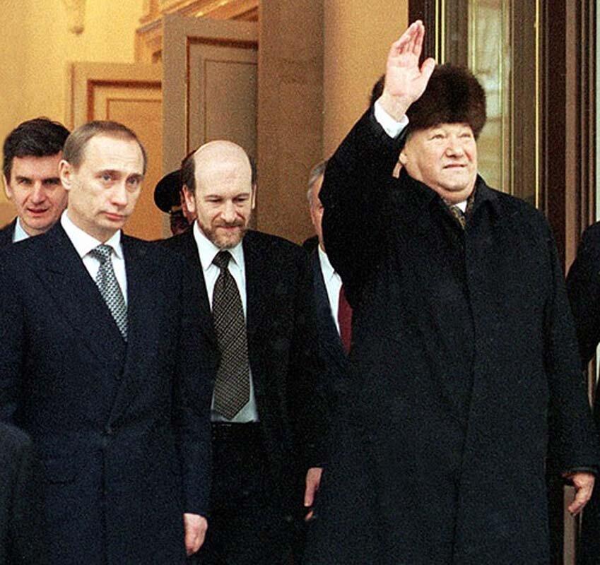 Борис Ельцин навсегда покидает Кремль после временной передачи Власти Председателю Правительства, Владимиру Путину. 31 декабря 1999г.