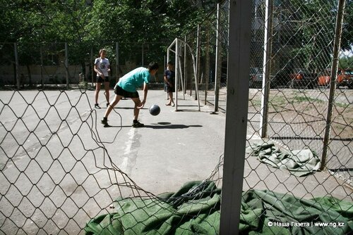 Вместо разбитого футбольного поля по ул. Каирбекова, 405 в этом году должно появиться новое