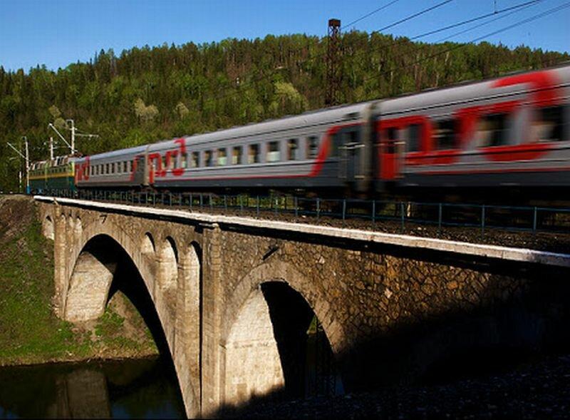 По мосту ходят поезда (11.07.2013)