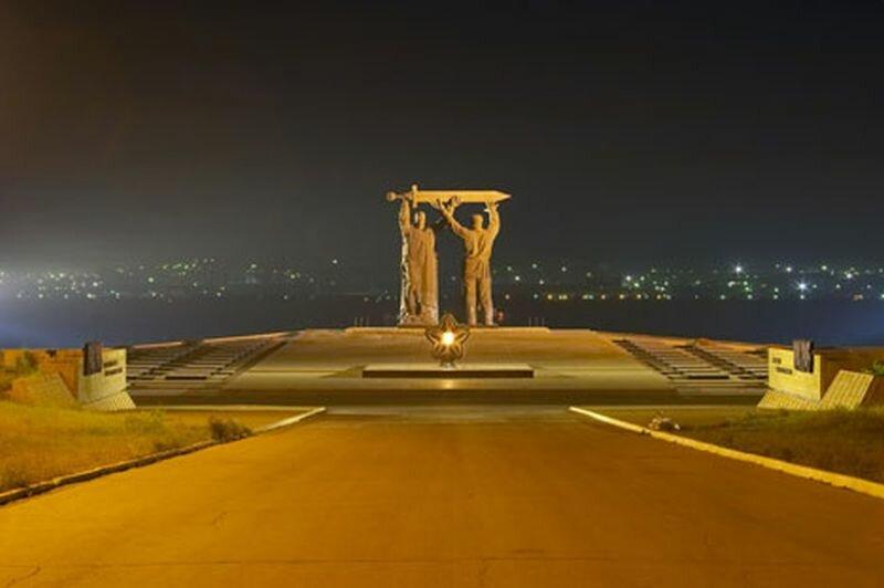 Монумент поражает своими размерами (23.05.2013)
