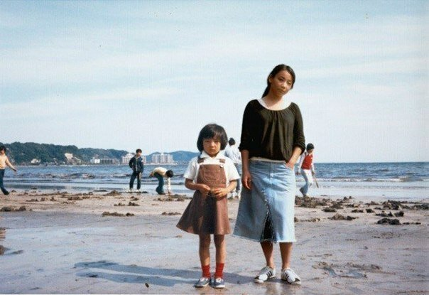 Фотограф Чино Отцука «путешествует во времени», добавляя себя на детские снимки.